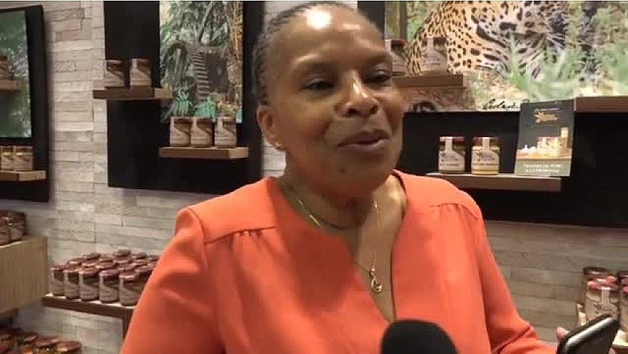 Christiane Taubira inaugure la boutique 'Les délices de Guyane' à Montmartre.